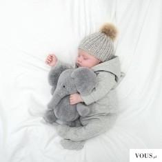 Śliczny bobasek śpiący ze słonikiem