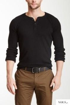 czarna koszulka i brązowe spodnie