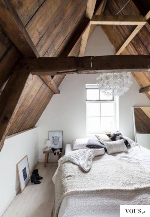 Piękna biała sypialnia na poddaszu