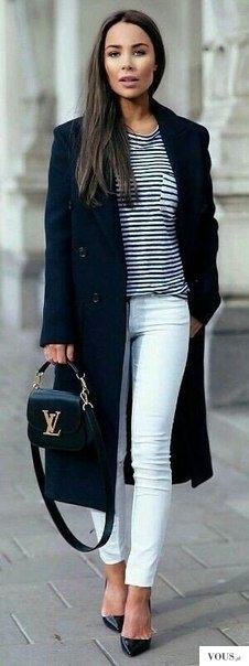 Idealna stylizacja elegancka na wiosnę. granatowy płaszcz z białymi spodniami i koszulką w paski
