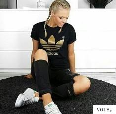 Czarna koszulka Adidas ze złotym napisem