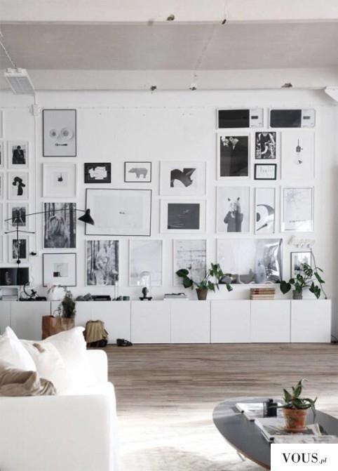 Biała ściana z obrazami, jasne wnętrze