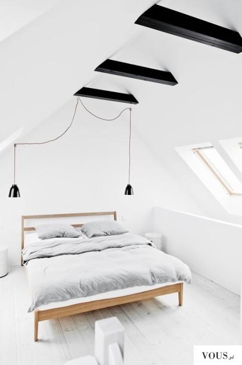 biała sypialnia na poddaszu, czarne designerskie lampy, czarne belki stropowe