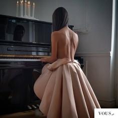 Pianistka topless, zgrabne plecy, nagie plecy