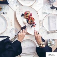 śniadanie na eleganckiej zastawie stołowej