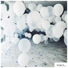Piękne białe balony. Idealny wystrój sali weselnej. Najpiękniejsze weselne wystroje.