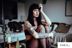 Dziewczyna z tatuażami. Brunetka w bieliźnie.