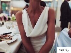 Sukienka biała ślubna z lejącym się dekoltem