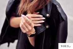 skórzana kurtka i czarny zegarek, złote pierścionki