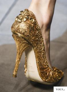 Złote ażurowe szpilki