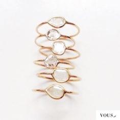 Piękne złote minimalistyczne pierścionki z kryształkami i białymi kamyczkami