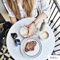 poranne śniadanie rogalik i kawa