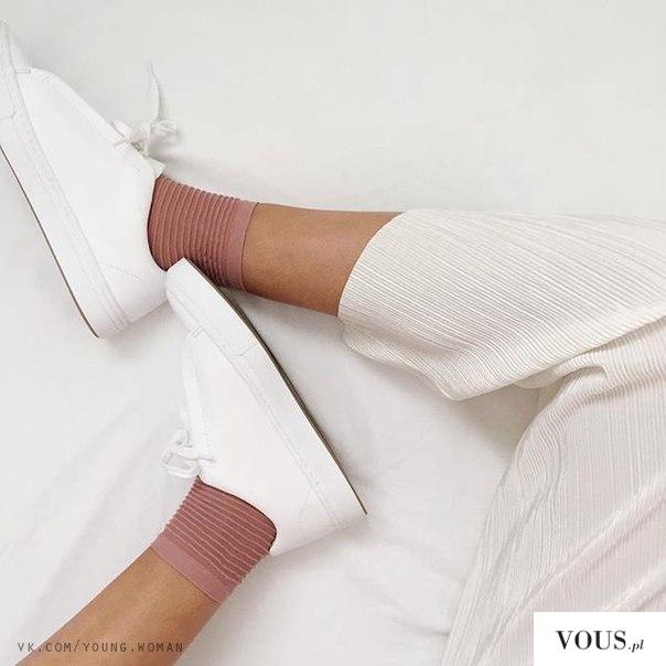 biale buty i rozowe długie skarpetki, hit czy kit?