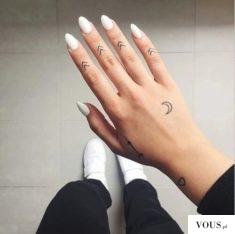 Białe paznokcie i delikatne tatuaże na dłoni