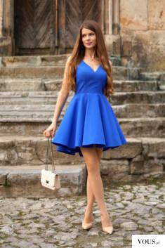 Kobaltowa sukienka z dłuższym tyłem firmy Illuminate