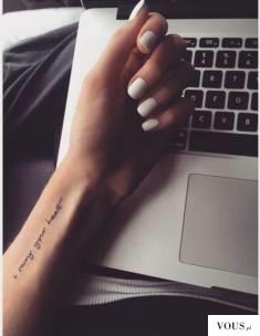 delikatny napis tatuaż na ręce