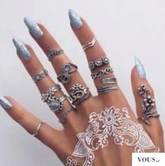 niebieskie paznokcie i mnóstwo pierścionków