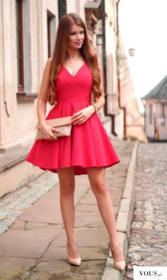 Malinowa rozkloszowana sukienka z dłuższym tyłem.