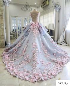 Przepiękna suknia ślubna z kwiatami i motylami