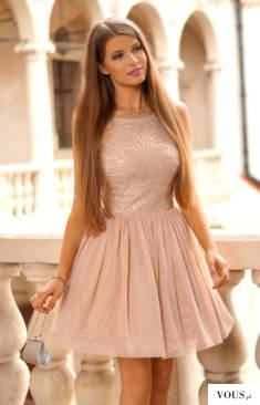 Tiulowa sukienka nude z cekinowa górą