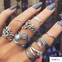 szare paznokcie i dużo pierścionków