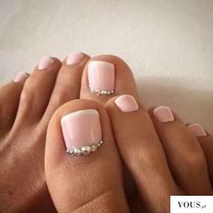 paznokcie u stóp z kryształkami