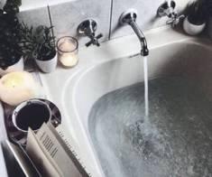 woda lejąca się do wanny