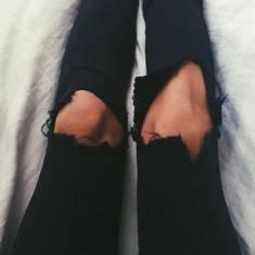 Czy mogę chodzić w spodniach z dziurami w zimie? ♡ spodnie czarne z dziurami na kolanach