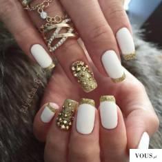 białe na sylwka paznokcie, bialo złote