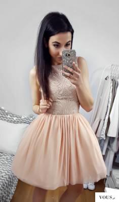 Tiulowa sukienka w kolorze nude