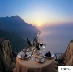 droga luksusowa kolacja przy zachodzie słońca