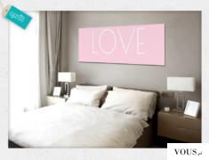 Obraz z białym napisem love na subtelnym, różowym tle. Polecamy do upiększenia ścian w sypialni.