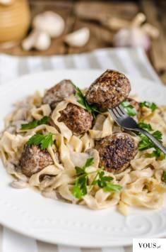Makaron z klopsikami z dodatkiem grzybów w kremowym sosie śmietanowym nie jest może najbardziej  ...