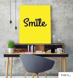 Plakat na ścianę z napisem smile, to idealny pomysł na udekorowanie ścian w biurze lub w salonie.