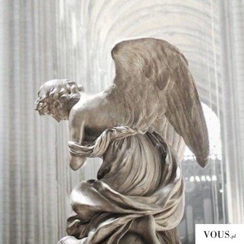 biała figura anioła