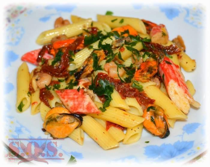 Makaron z owocami morza i suszonymi pomidorami | Blog Kulinarny