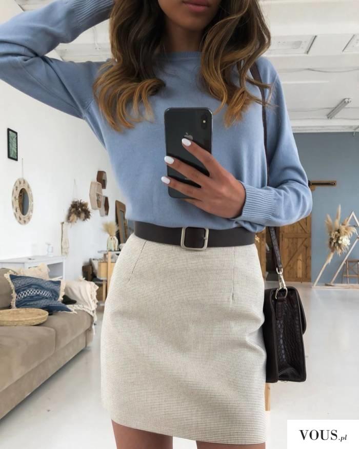 Jasna stylizacja, spódniczka i błękitny sweterek