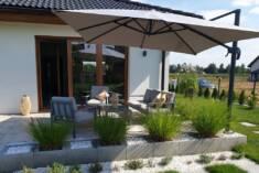 Duży parasol ogrodowy Garden Point doskonale wpisuje się w plan tarasu i nie zaburza estetyki ca ...