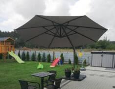 Parasol ogrodowy Piza o dużej powierzchni i regulowanej bocznej nodze pozawala na stworzenie prz ...