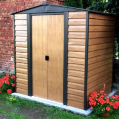 Stylowy domek ogrodowy wykonany z metalu imitującego drewno doskonale dopasuje się do każdego og ...