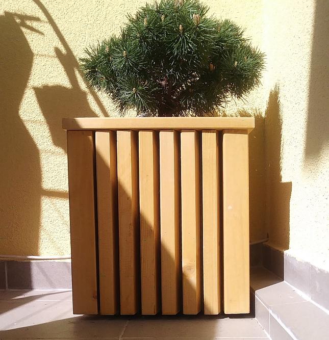 Zgrabna drewniana donica dzięki niewielkim rozmiarom doskonale pasuje do każdego tarasu i balkon ...