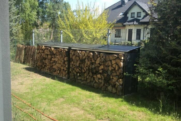 Dwie antracytowe drewutnie w ogrodzie. Obszerne miejsce magazynowe pozwoliło na przechowanie duż ...