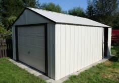 Duży metalowy domek ogrodowy z dużymi, podnoszonymi do góry drzwiami dla samochodu, oraz bocznym ...