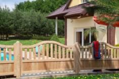 Płot modrzewiowy Udo z łukiem jest jednocześnie praktycznym i estetycznym rodzajem ogrodzenia. P ...