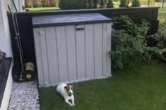 Pojemna szafa ogrodowa jest w stanie zmieścić nawet 2 kontenery o pojemności 240 l albo sprzęt o ...