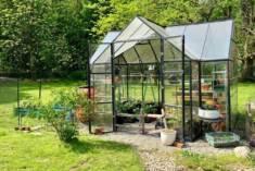 Elegancka szklarnia o kształcie przypominającym domek ogrodowy, zbudowana z bardzo stabilnej alu ...