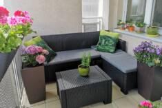 Wygodny zestaw mebli ogrodowych złożony z dużej, 3-osobowej sofy z leżanką oraz stolika kawowego ...